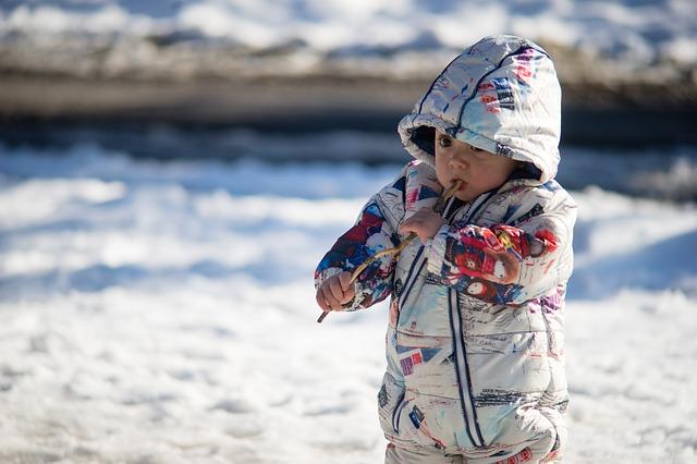 dítě v zimě