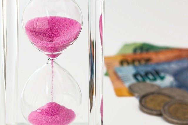 Přesýpací hodiny s penězi